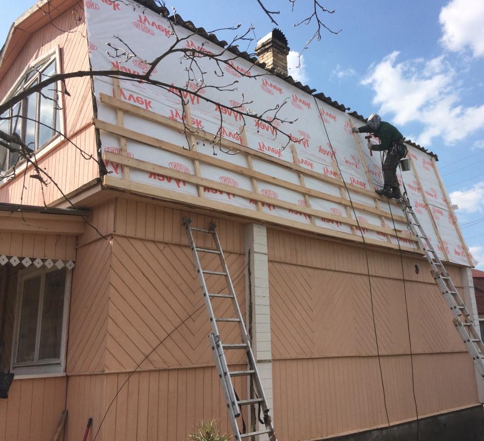 При ремонте крыши специалист должен использовать страховку