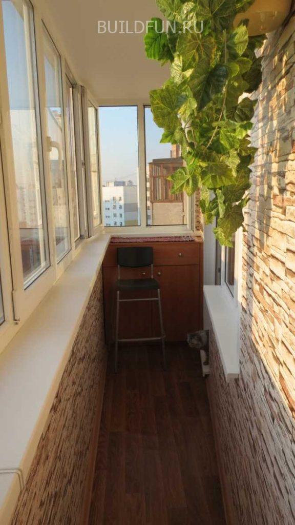 Стены балкона с имитацией камня