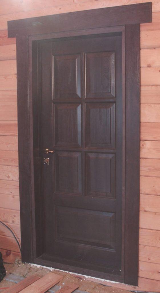 Тяжелая металлическая дверь