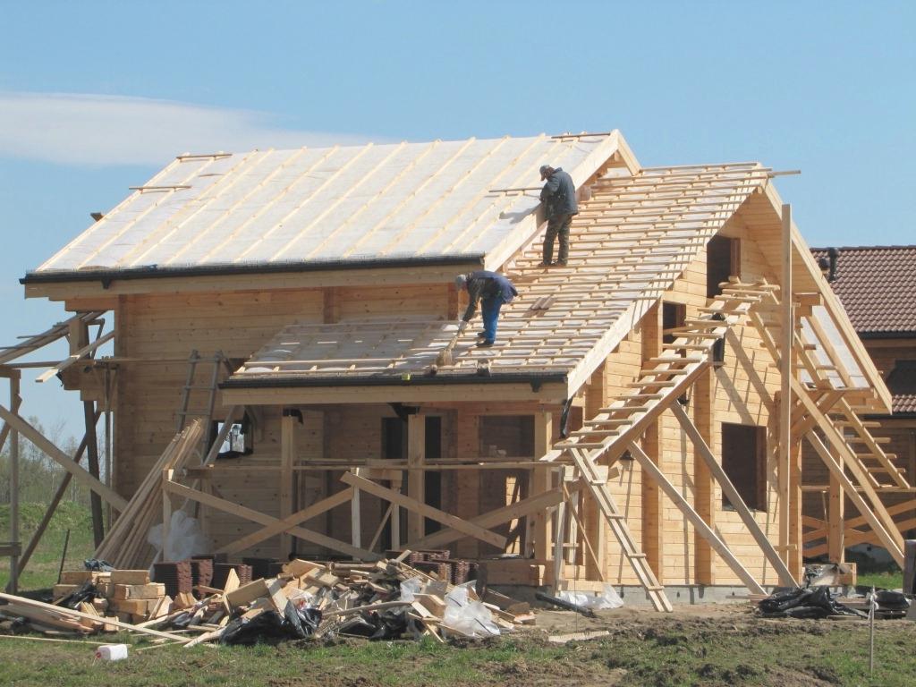 Ремонт крыши лучше всего выполнять с помощником