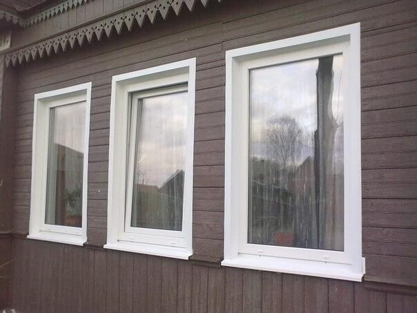 Темные откосы на белых окнах