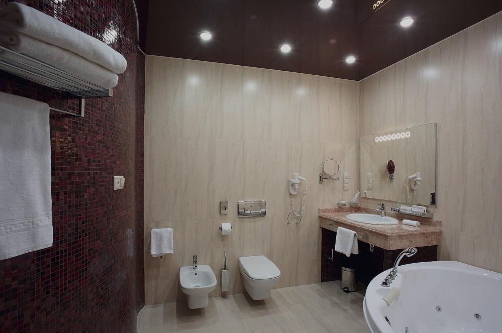 Белые светильники на белом потолке - преимущества и недостатки