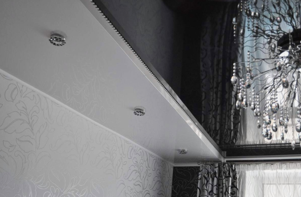 Натяжной потолок черно белый фото