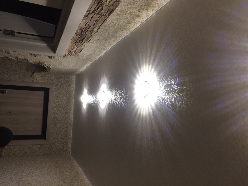 Потолок со специальной пленкой в каждое время суток будет играть по-новому