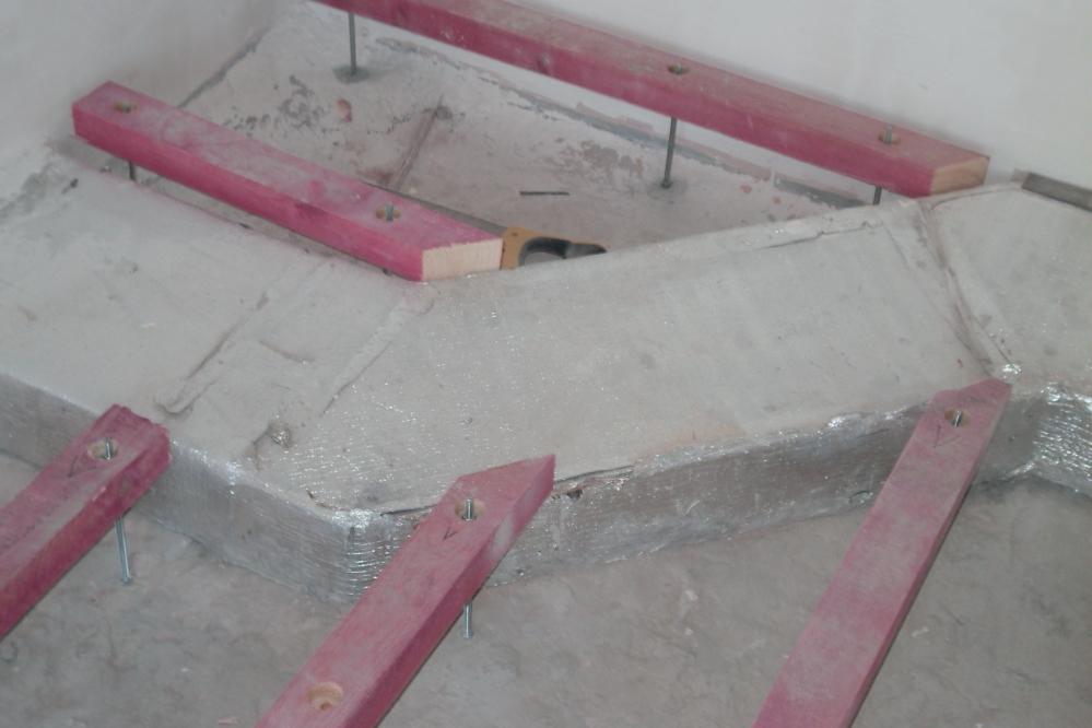 Укладка слоя стяжка должна происходить только по разделителю - в качестве последнего можно использовать, например, пленку полимера гидроизоляции