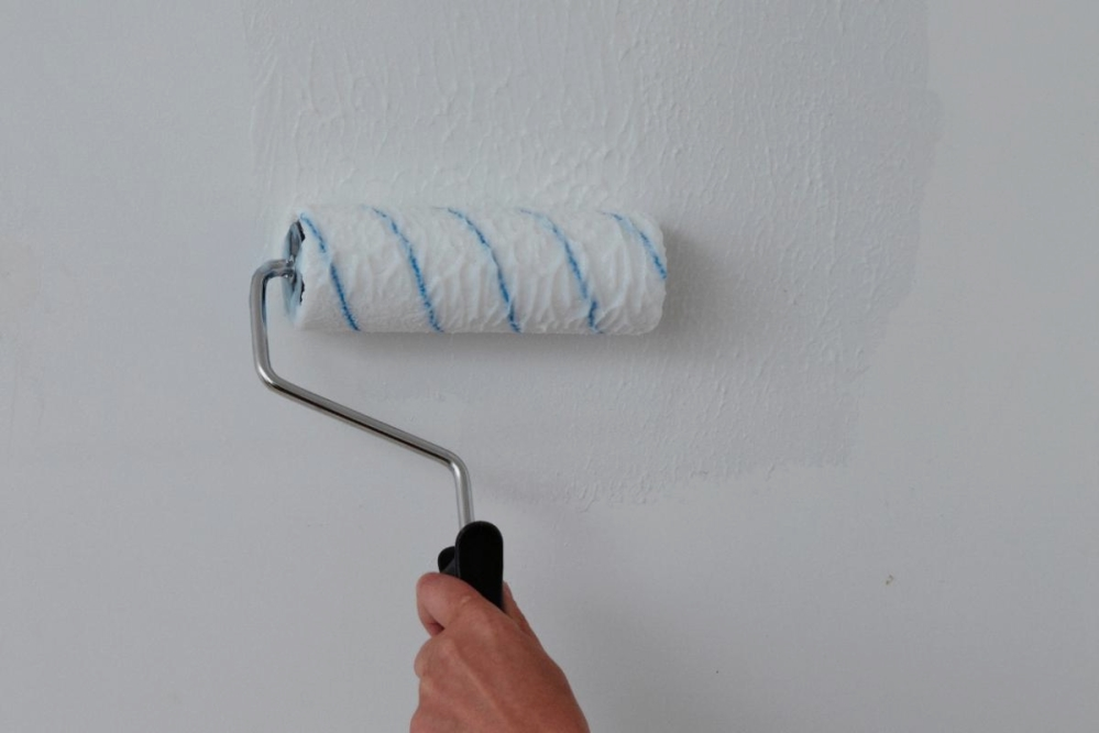 Затирка дефектов потолка