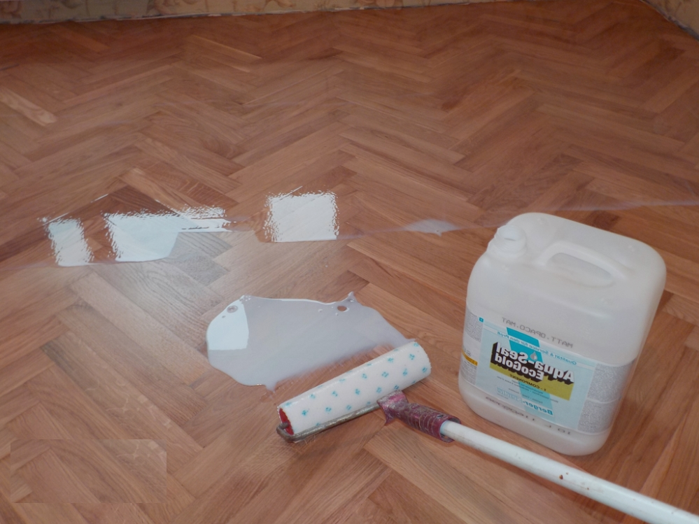 Лакировка напольного покрытия при помощи специального состава