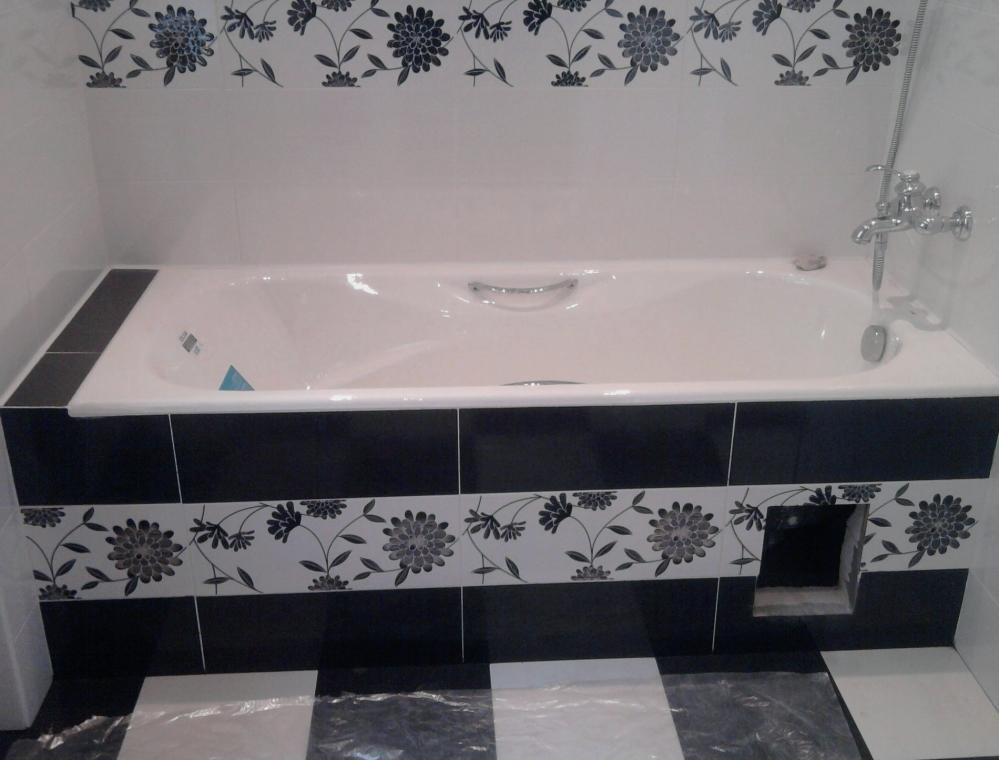 Красивая ванная идеально вписывается в двухцветный интерьер