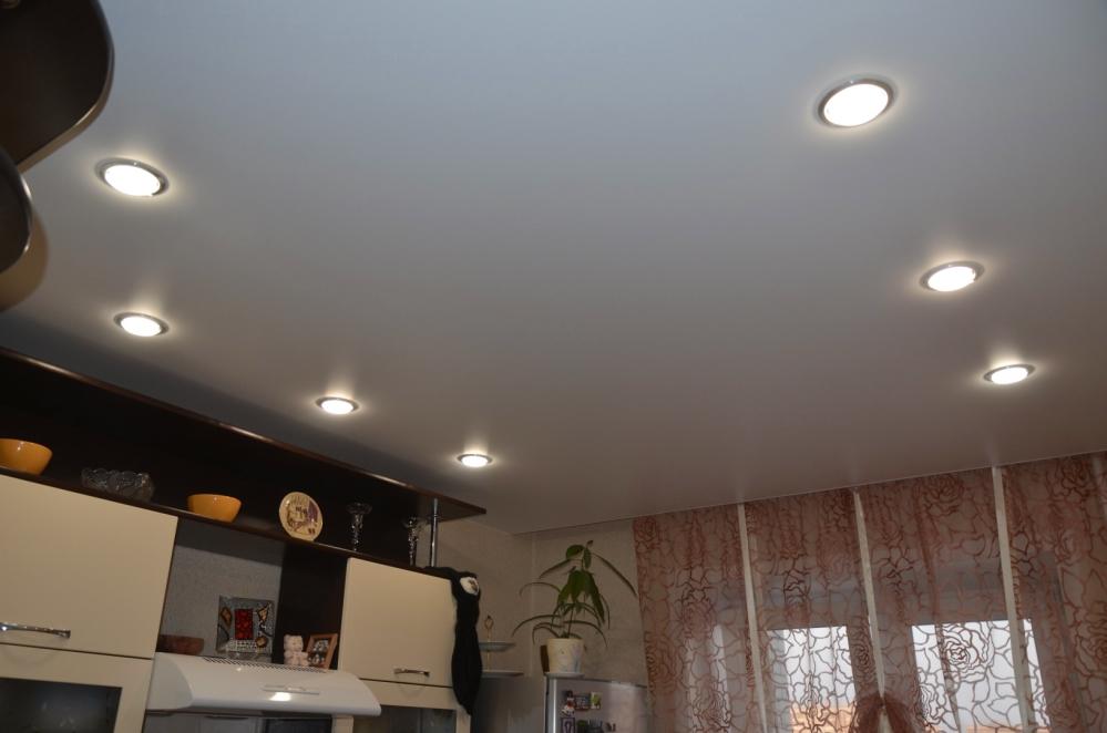 Классических натяжной потолок с симметричным расположением светильников в условиях ограниченного пространства чувствует себя отлично
