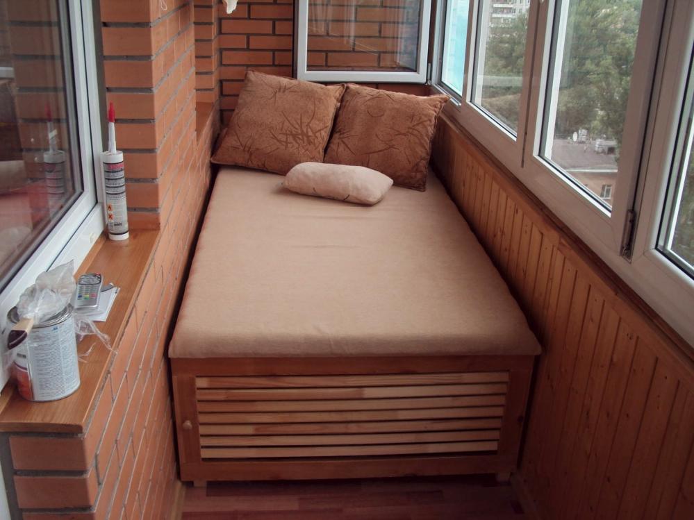 Часто на узких балконах мебель забирает все свободное пространство - лучше избегать таких громоздких конструкций