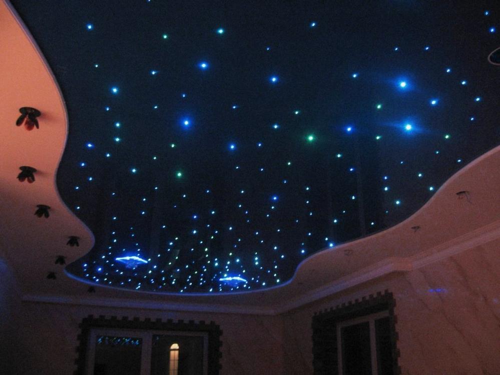 Удивительное освещение черного потолка способно оживить спальню