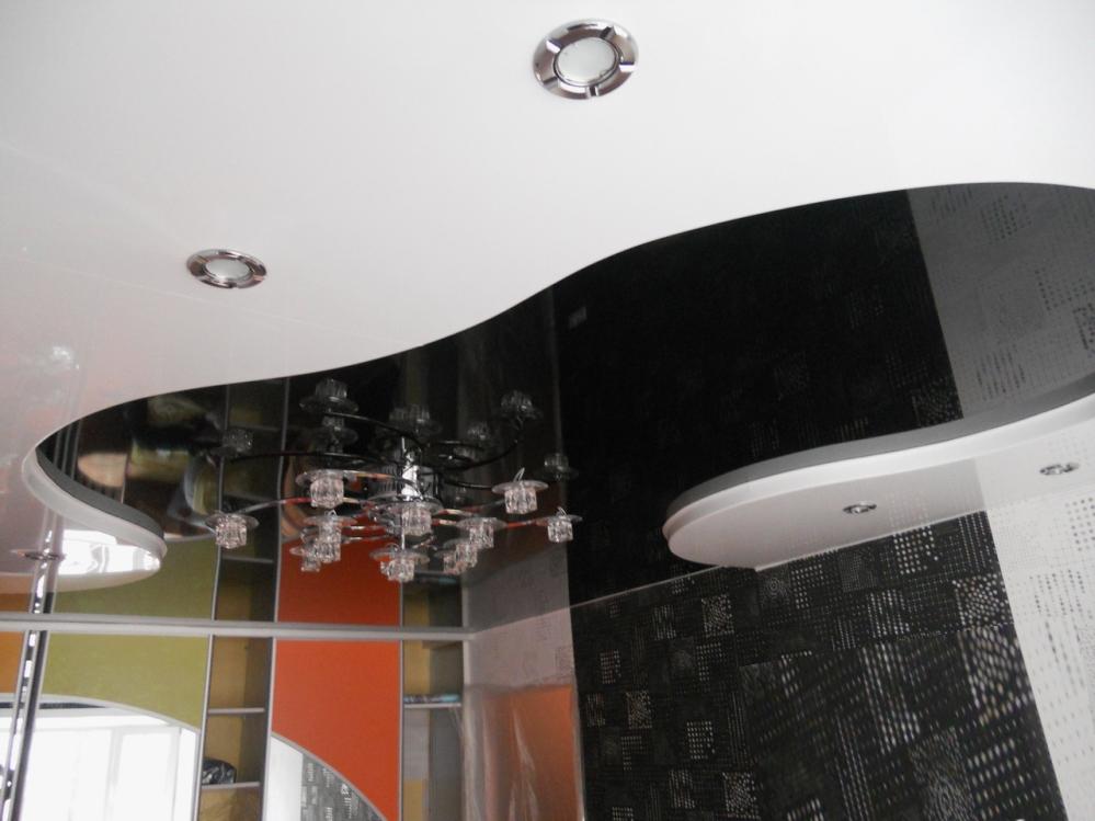 Расширить комнату и поднять потолок можно с помощью черного потолка