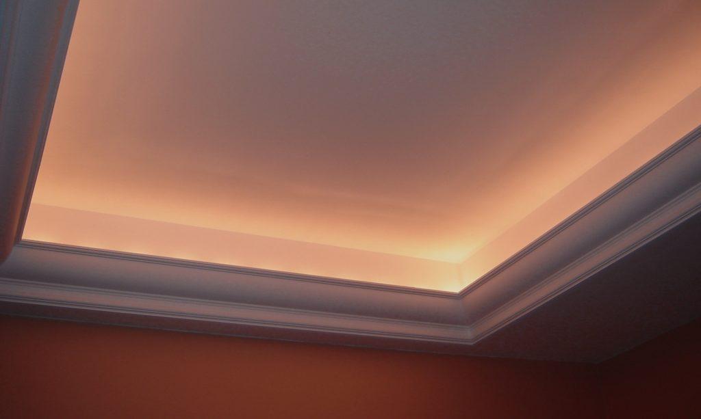 Чтобы предотвратить появление дефектов на натяжном потолке нужно неукоснительно соблюдать технику монтажа
