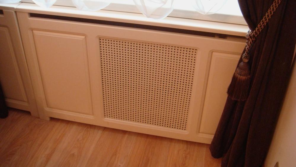 Часто радиаторы на лоджии скрывают за декоративной перегородкой