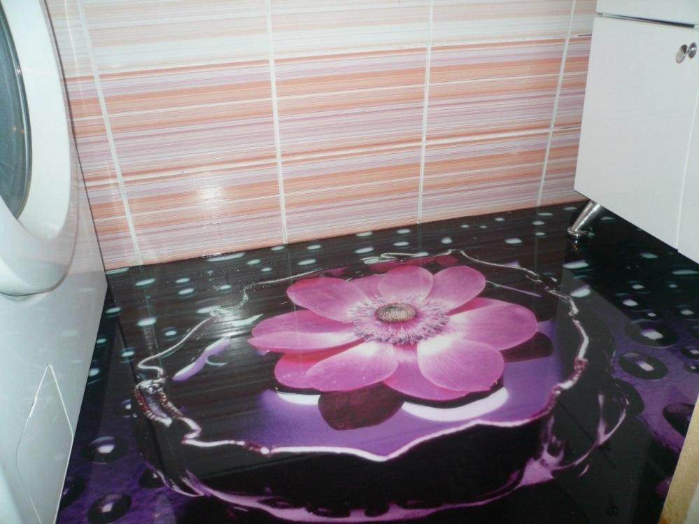 Цветок - главный акцент ванной комнаты