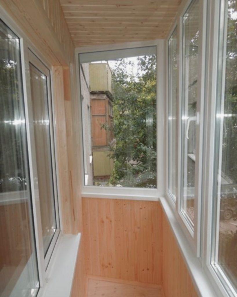 Обновленный балкон в пятиэтажке грамотно подчеркивает достоинства небольшого пространства