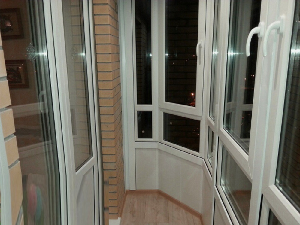 Пластиковые окна играют важную роль в дизайне всего балкона