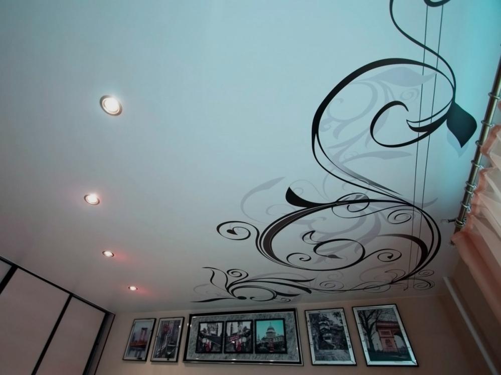 Натяжной потолок такой же хрупкий как и простое стекло
