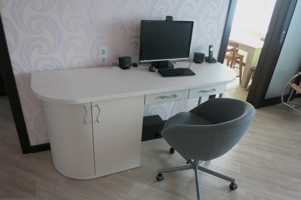 Пример компьютерного стола в гостиной