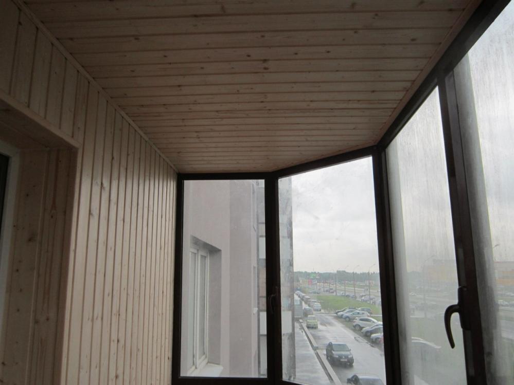 Строгий балкон впишется практически в каждый интерьер
