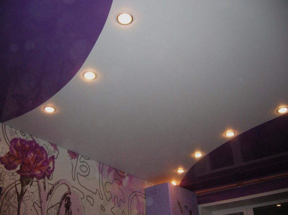Бело-фиолетовый натяжной потолок с восемью светильниками