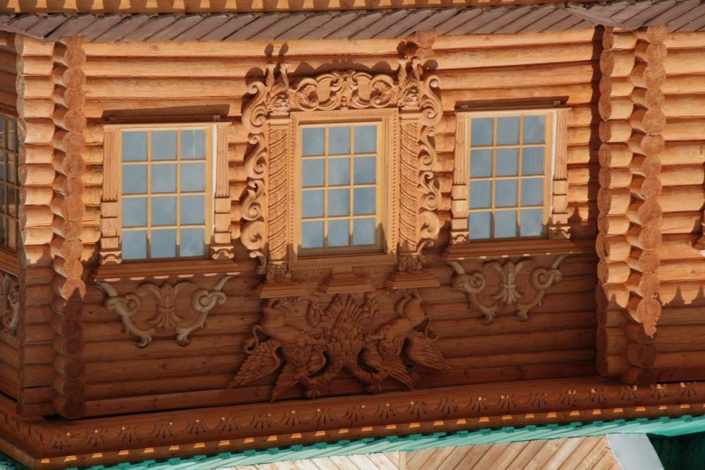 Роскошная лепнина на фасаде деревянного дома