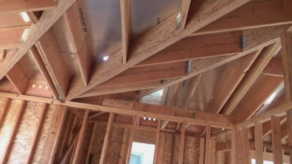 Монтаж крыши - это сложнейшая процедура, проводить которую может только строитель