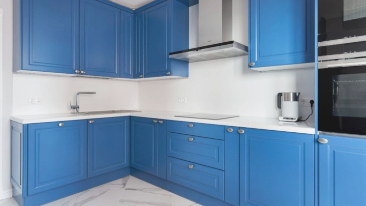 Голубые стены на кухне какой выбрать гарнитур