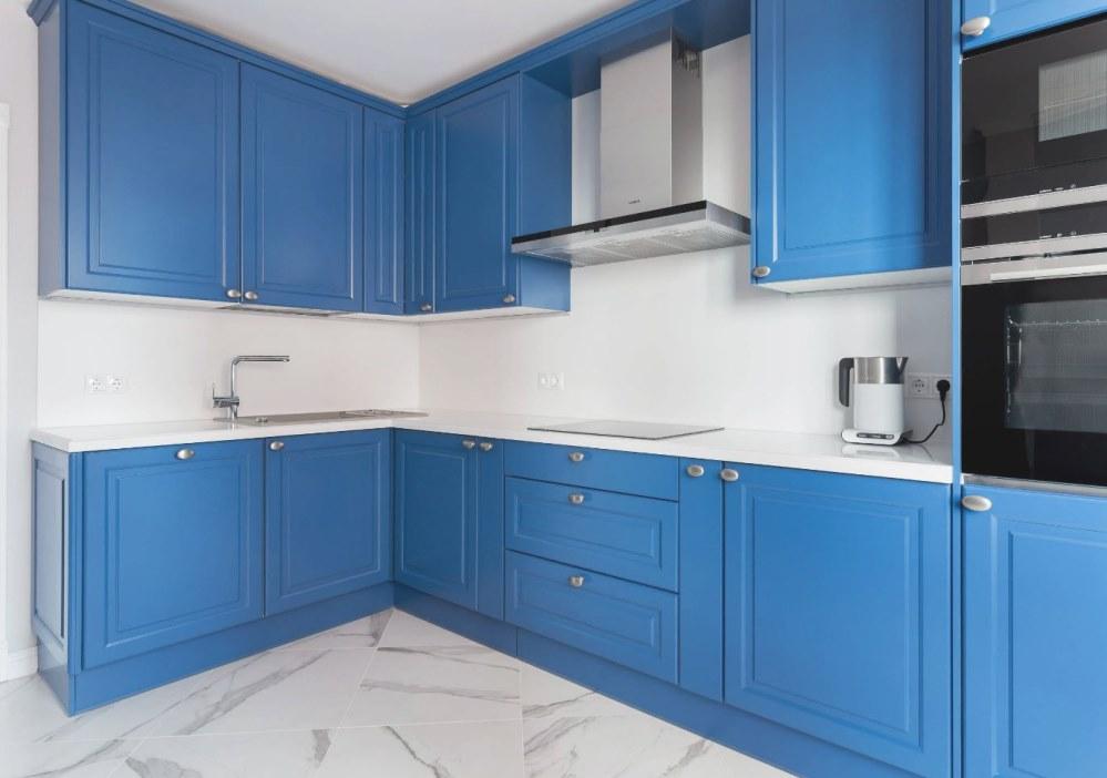 Если стены кухни голубые, то нужно осторожно подбирать гарнитур...