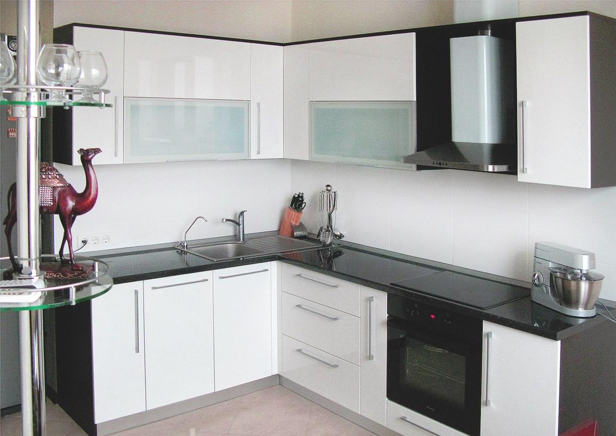 Белая кухня с белыми полами - это красота и уют