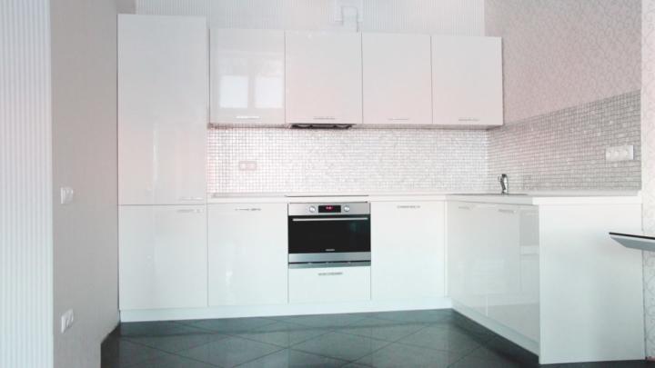Белая кухня светлые полы