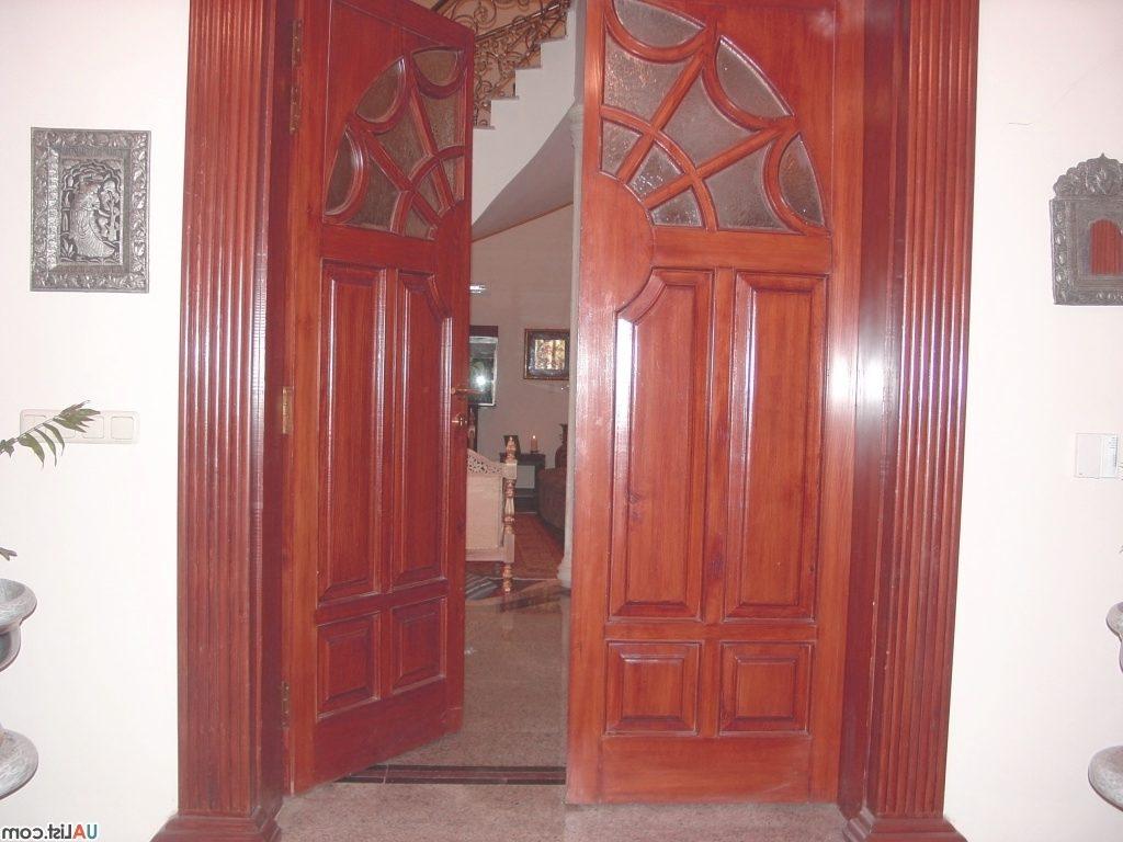 Установить тяжелую дверь в одиночку практически невозможно