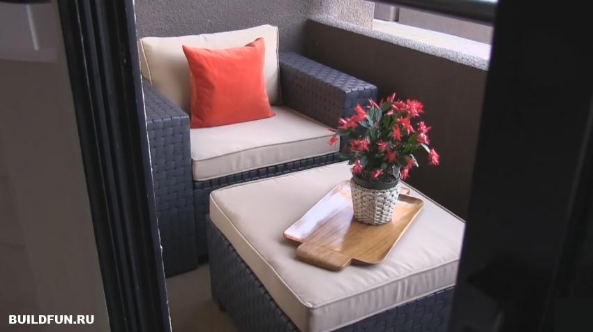 Скрыть пожарный люк на балконе проще всего при помощи мебели