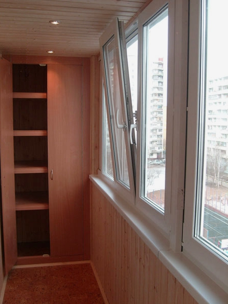 Мебель - главный способ скрыть пожарный люк на балконе