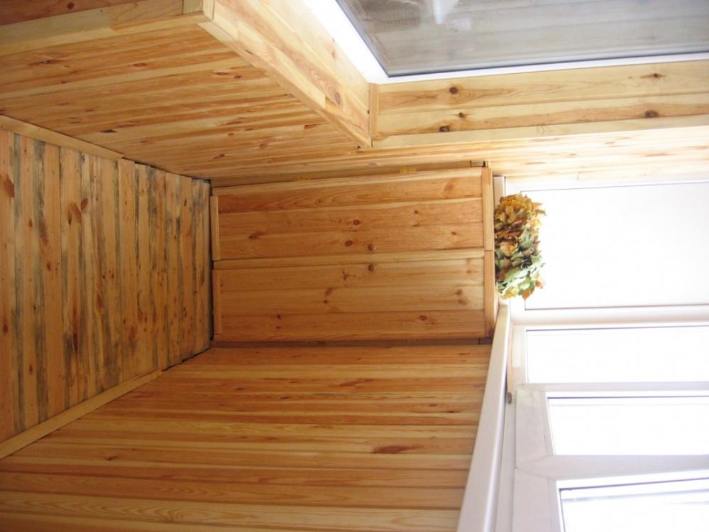 Деревянная отделка позволяет полностью скрыть люк от глаз