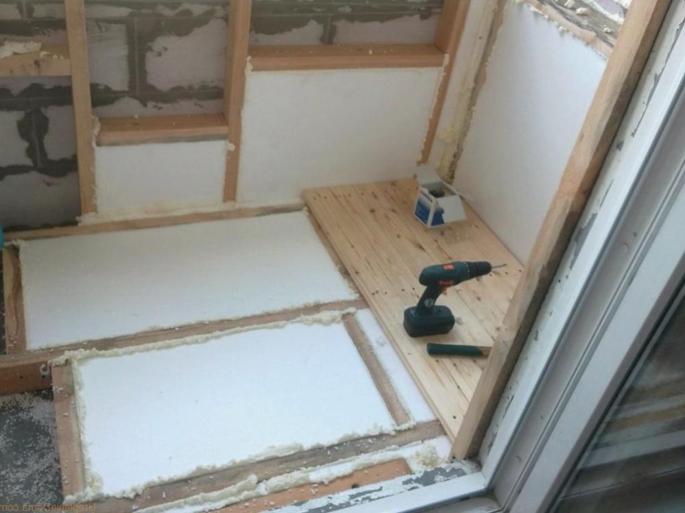 Убрать люк проще всего на этапе черновой отделки балкона