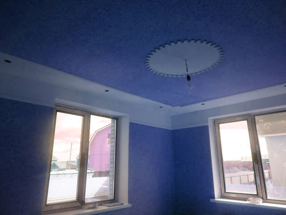 Синий потолок перекликается со стенами и создает необычный эффект визуально расширяя пространство