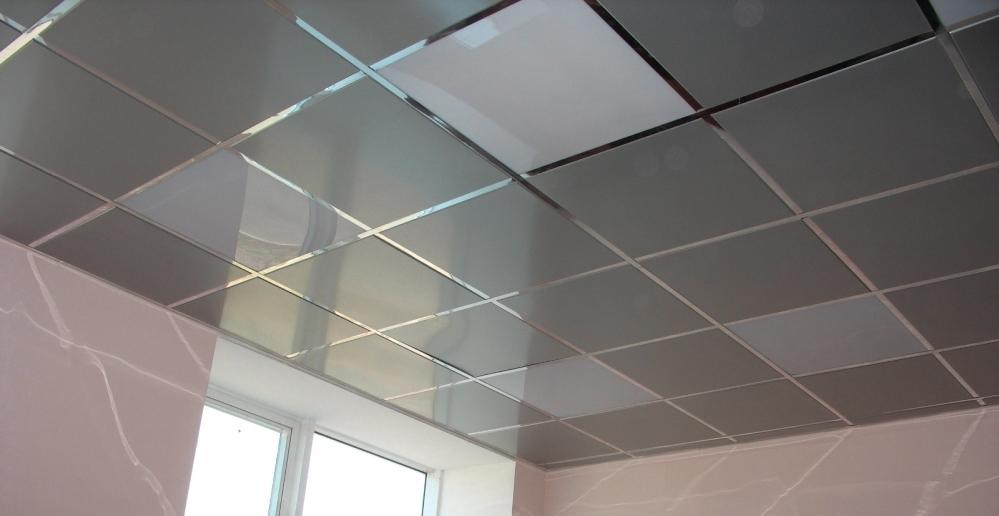 Потолок со строгой отделкой всегда радует глаз