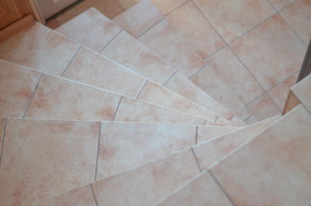 Уложить плитку на круговой лестнице бывает непросто