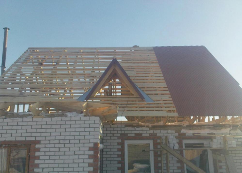 В среднем стоимость ремонта крыши в Москве начинается от 50000 рублей