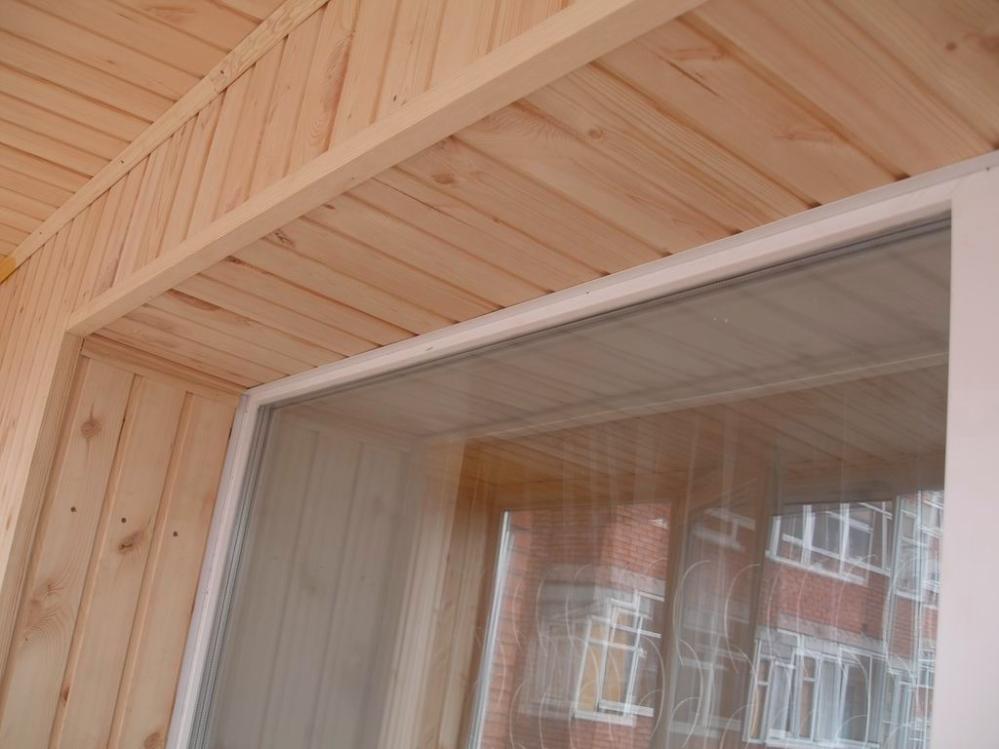 Классическое ПВХ окно в сочетании с древесными мотивами
