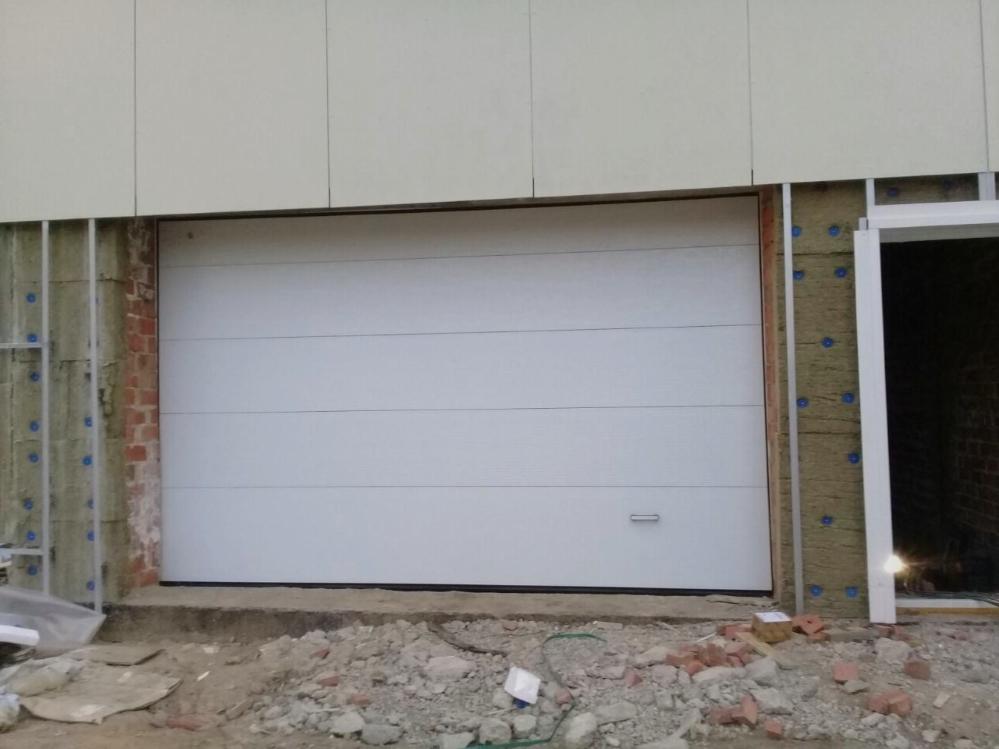 Большинство стилей гаражных ворот, будь то современные или традиционные, имеют отделку, панели и другие детали