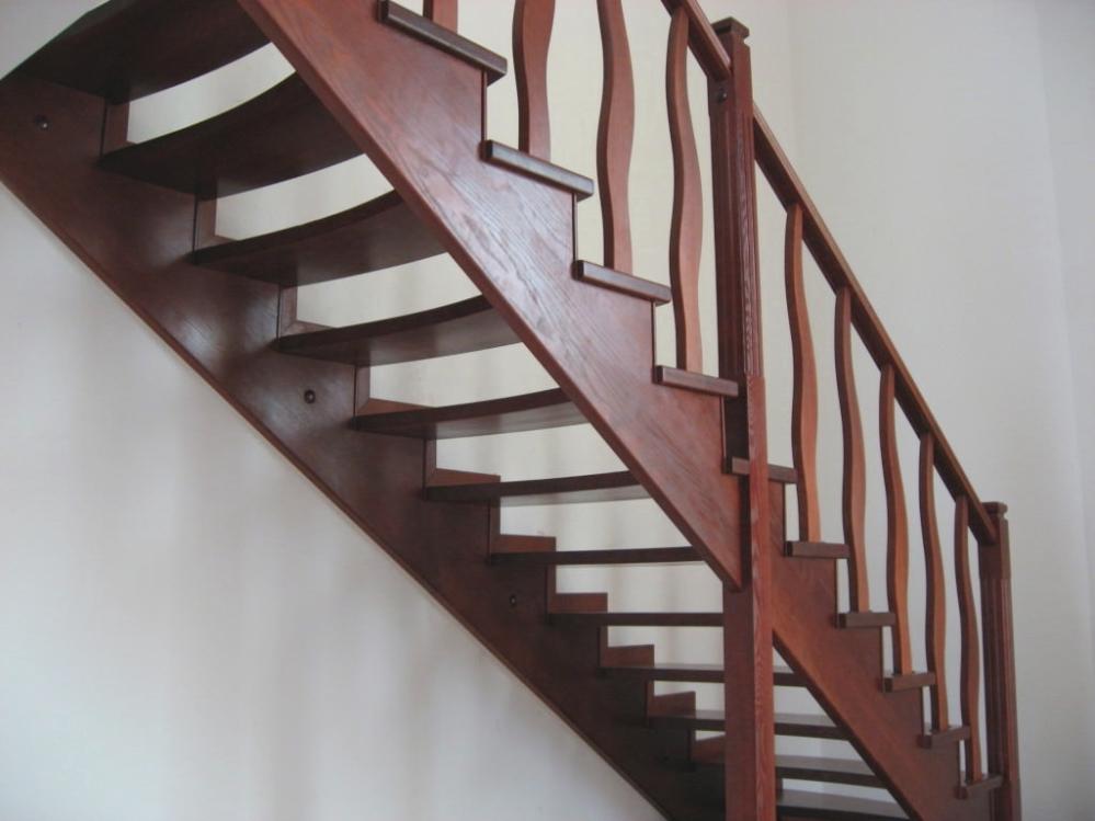 Разберемся с какой высоты допускается делать ограждение лестниц...