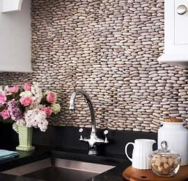 интересное оформление стены под камешки