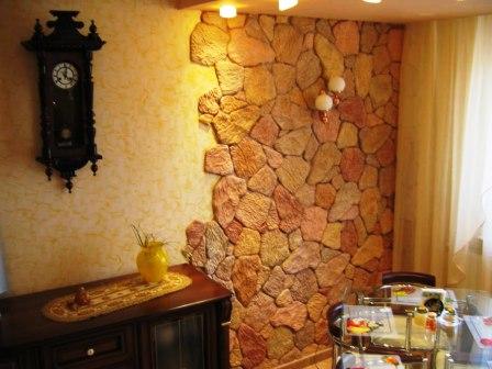 Каменная стена в кухне с часами